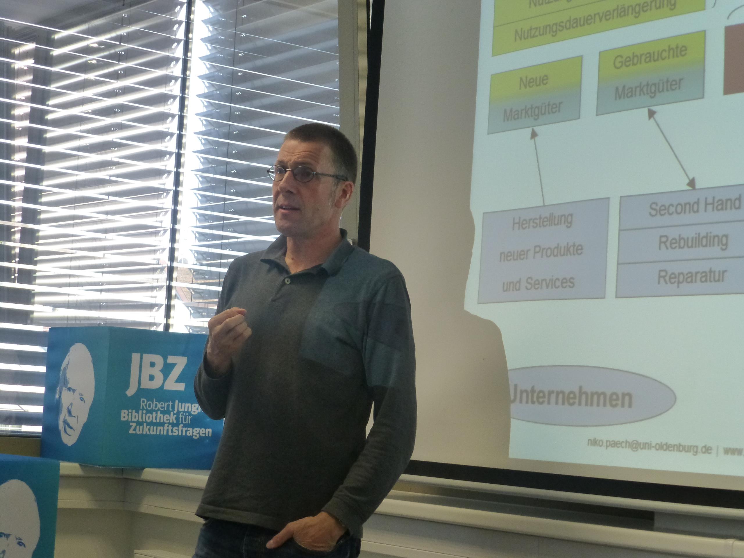 Großes Interesse an Vorträgen mit Niko Paech – JBZ-ZUKUNFTSBUCH